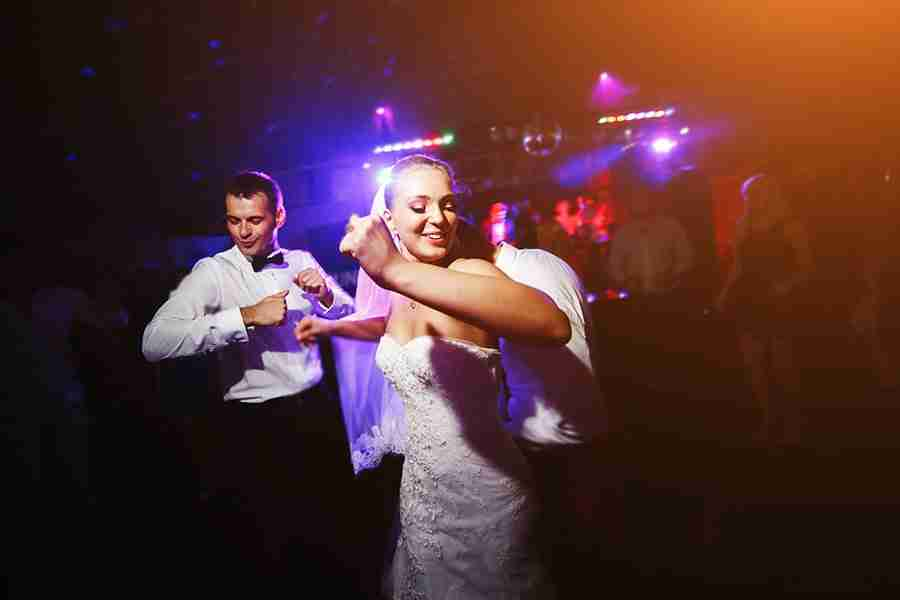 6 Useful Tips when Booking a Wedding Band